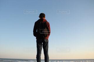 男性,10代,海,空,後ろ姿,男子,人物,背中,人,野外,男の子,リュック