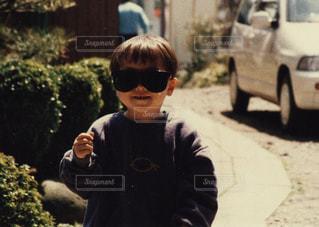 歩道に立っている少年の写真・画像素材[2437424]