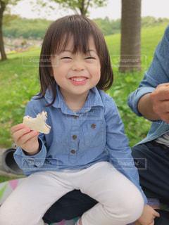 楽しいピクニック小さな女の子の写真・画像素材[2359906]