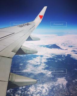 空を飛んでいる飛行機の写真・画像素材[2413674]