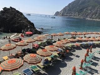 イタリアの海とオレンジのパラソルの写真・画像素材[2336597]