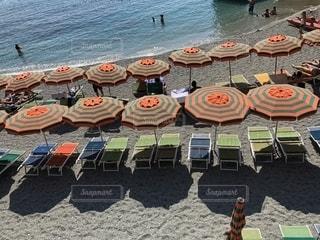 イタリアの海とオレンジのパラソルの写真・画像素材[2336600]