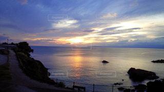 水の体の上の夕日の写真・画像素材[2336886]