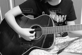 ギターを弾いている少女の写真・画像素材[3216915]