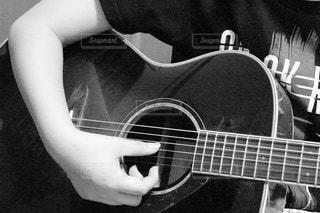 ギターを弾いている右手の写真・画像素材[3216914]