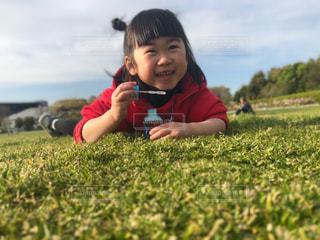 緑の野原の小さな女の子の写真・画像素材[2337337]