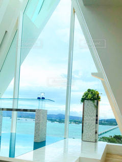 大きな窓の眺めの写真・画像素材[2337352]