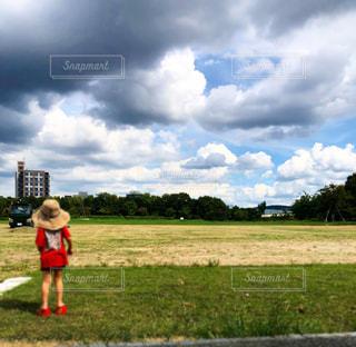 野原に立っている人の写真・画像素材[2411597]