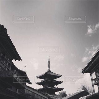 大きな建物と町家の写真・画像素材[2435070]