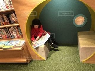 椅子に座って絵本を読む子供の写真・画像素材[2502769]