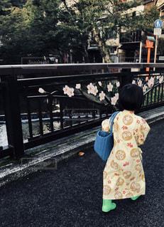 女の子の後ろ姿の写真・画像素材[2514684]
