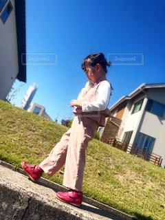 草の中に立っている人の写真・画像素材[2696453]
