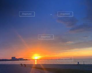 水域に沈む夕日の写真・画像素材[2889438]