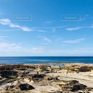 海に隣接する岩のビーチの写真・画像素材[2343158]
