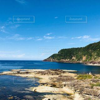 水域の隣のビーチの眺めの写真・画像素材[2343162]