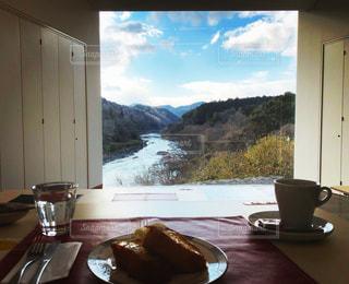 テーブルの上でコーヒーを一杯飲むの写真・画像素材[2424111]