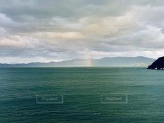 海にかかる虹🌈の写真・画像素材[2610360]