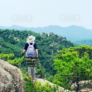 山の前に立っている男の写真・画像素材[3576656]