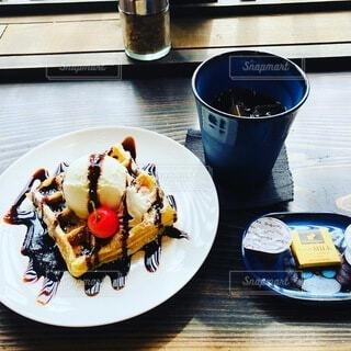 食べ物の皿をテーブルの上に置くの写真・画像素材[3748133]