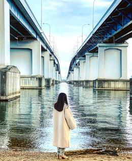 琵琶湖大橋を見上げる女の子の写真・画像素材[4276959]