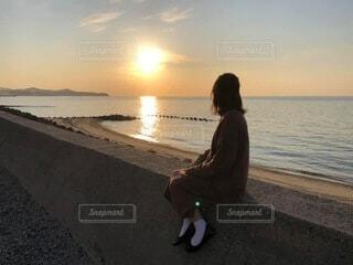夕日を見る娘の写真・画像素材[4634214]