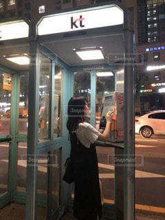 女性,1人,ファッション,風景,ワンピース,黒,車,人物,人,旅行,ドア,立つ,電話,韓国,コーディネート,KOREA,コーデ,ソウル,車両,公衆電話,ブラック,通話,한국,黒コーデ,서울