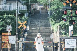 信号の隣の通りを歩いている人の写真・画像素材[2411326]