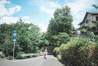 通りを自転車に乗っている人の写真・画像素材[2412099]