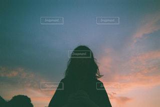 夕焼けの前に立っている人の写真・画像素材[2454683]