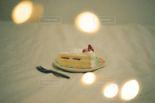 テーブルの上に座っているケーキの写真・画像素材[2782173]