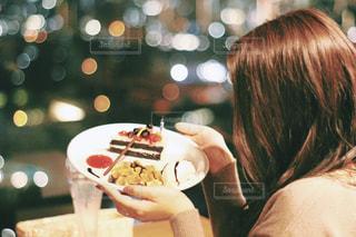 食べ物を食べ物に乗っている人の写真・画像素材[2782198]