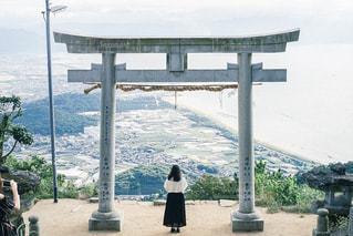 山の前に立っている人の写真・画像素材[2794983]