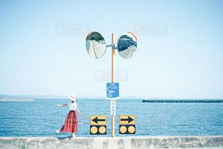 水域の隣に立つ人の写真・画像素材[2794986]
