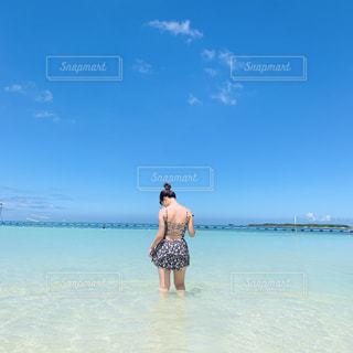 水域の隣に立つ人の写真・画像素材[2794990]