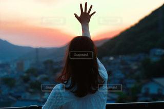 女性,友だち,1人,自然,風景,空,屋外,太陽,山,少女,光,人
