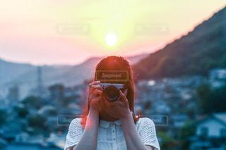 女性,友だち,1人,空,カメラ,屋外,太陽,山,光,人