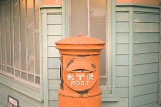 建物の側面に座っている消火栓の写真・画像素材[2862123]