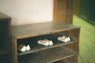 木製のテーブルの上に座っている花瓶の写真・画像素材[2873837]