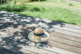 草の中に座っている木製のベンチの写真・画像素材[2873857]