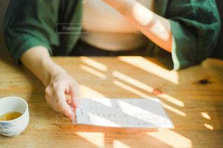 テーブルの上に座っている人の写真・画像素材[2873861]