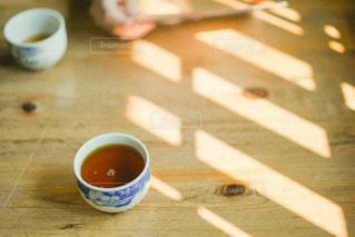 テーブルの上のコーヒー1杯の写真・画像素材[2873862]