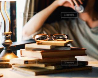 テーブルの上に座っている人の写真・画像素材[2892969]
