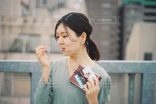 携帯電話で話している女性の写真・画像素材[2896671]
