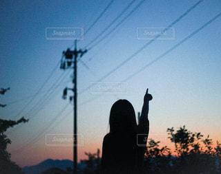 夕日の前の信号の写真・画像素材[2938353]