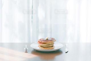 テーブルの上に座っているケーキの写真・画像素材[2981513]
