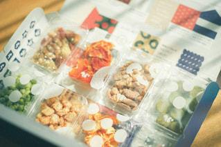 食べ物の皿をテーブルの上に置くの写真・画像素材[3028376]