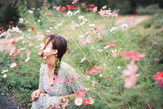 花を持つ小さな女の子の写真・画像素材[3031805]