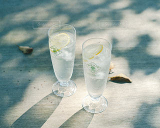 テーブルの上に水を1杯入れの写真・画像素材[3047547]