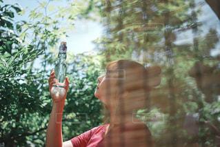 木の前に立っている人の写真・画像素材[3047553]