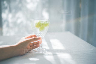 ワイングラスを持っている人の写真・画像素材[3047555]